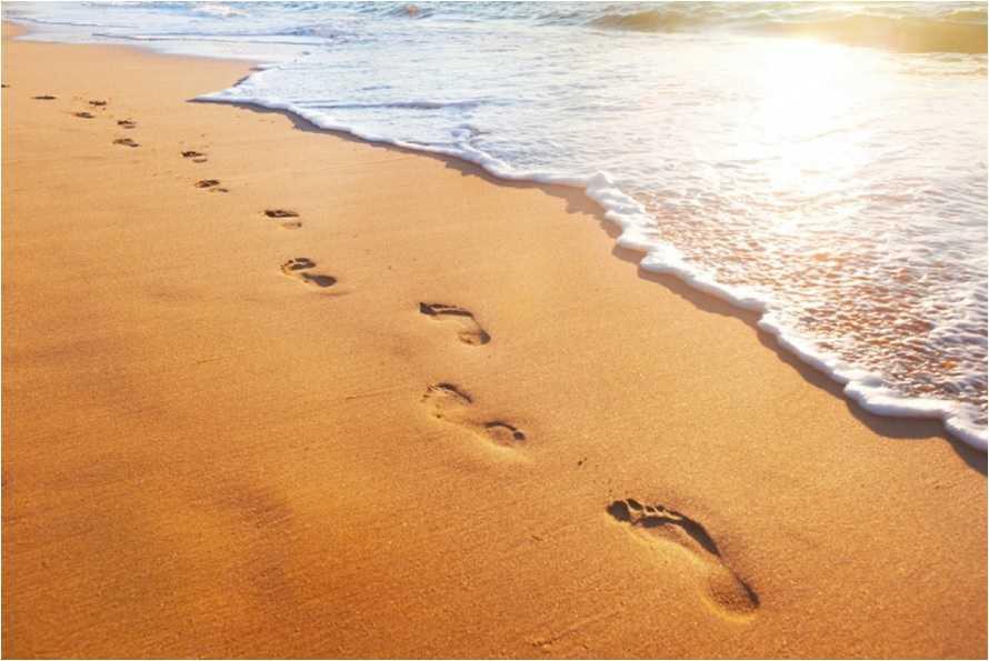 Resultado de imagem para pegadas na areia